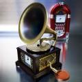 GRAMOPHONE MINIATURE PHONOGRAPH COLLECTIBLE MUSIC THEME MINI CLOCK