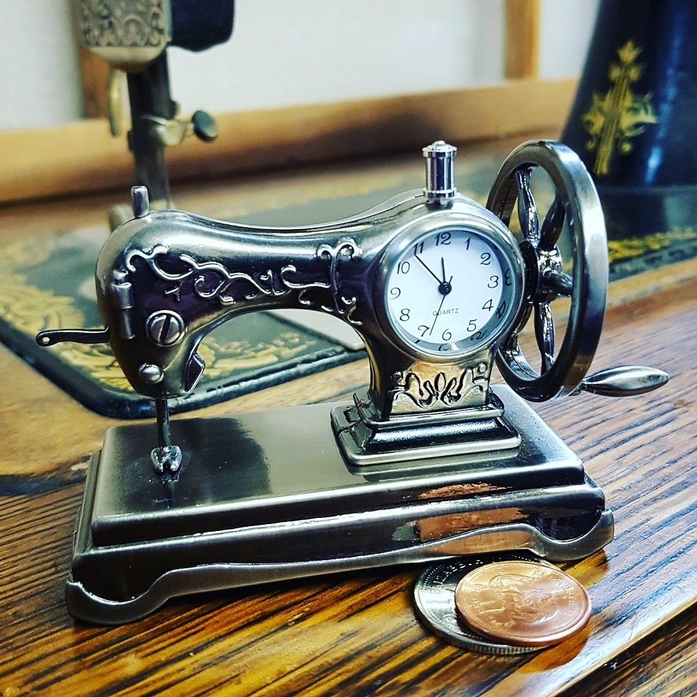 SEWING MACHINE MINIATURE VINTAGE SINGER STYLE COLLECTIBLE ...